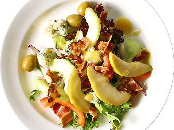 Bacon- och ädelostsallad med päron