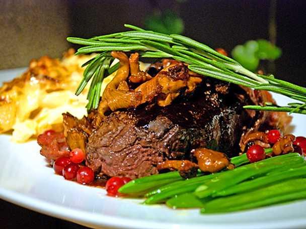 Baconlindad älgtournedos med rotfruktsgratin, smörfrästa kantareller o rödvinsreduktion