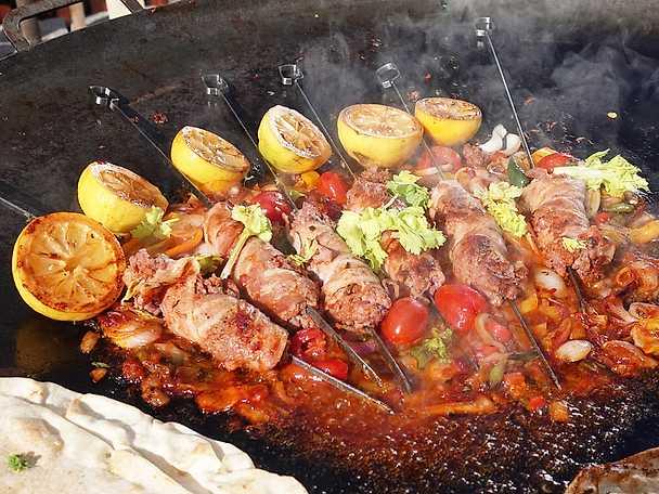 Baconlindade salsicciaspett med ljummen lök- och tomatsalsa