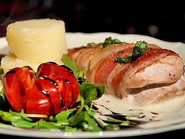 Baconomfamnad kycklingfilé med vitlök