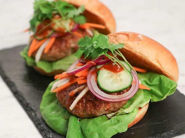 Bahn mi burger - Fläskburgare med pickles och sriracha