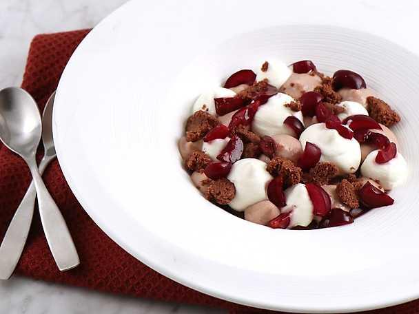 Bakad chokladkräm med körsbärspannacotta och chokladsmulor