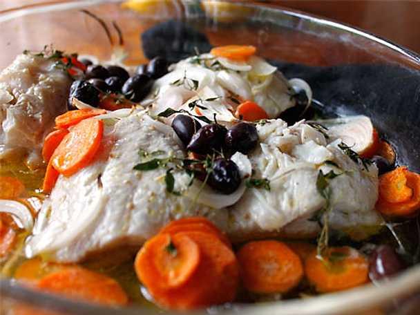 Bakad koljafilé med morötter, kalamataoliver och silverlök