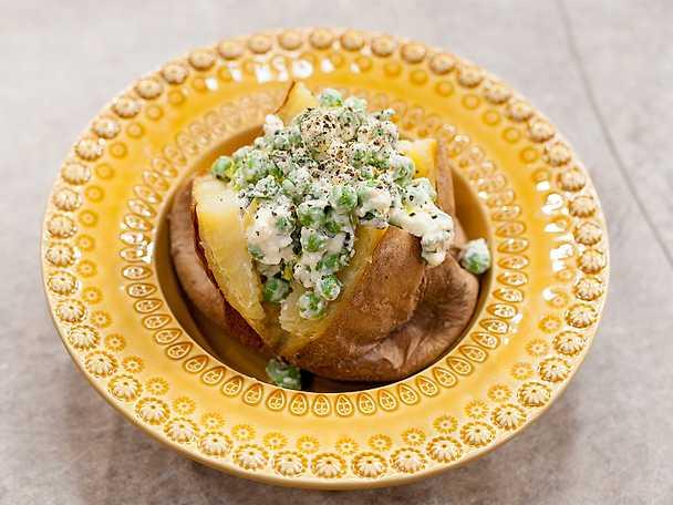 Bakad potatis med ärtor, mynta och fetaost