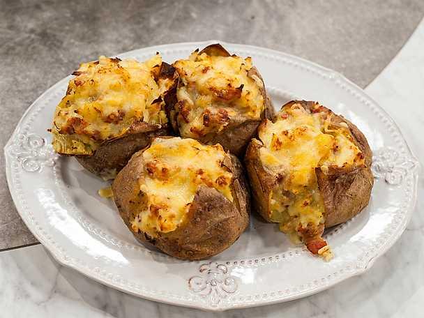 Bakad potatis med cheddar, lök och bacon