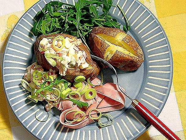Bakad potatis med skinka och yoghurtsallad