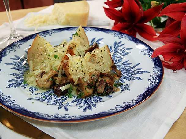 Bakad rotselleri med svamp och mandel
