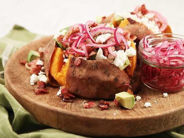 Bakad sötpotatis med fetaost, avokado och bacon