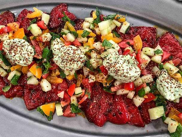 Bakad vattenmelon med syrlig tomat- och gurksalsa