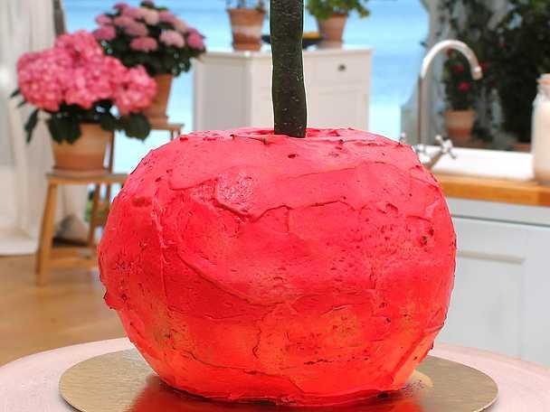 Baked-alaska-flambée-med-körsbär,-mandel-och-citron