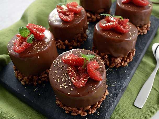 Bakelser med crunchy botten, chokladmousse och chokladglaze