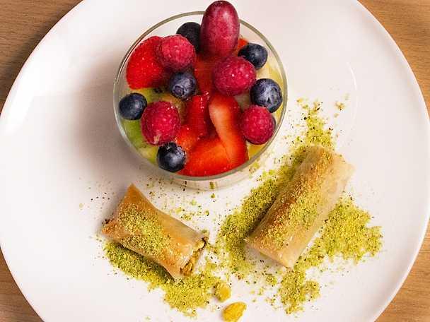 Baklava med fruktsallad