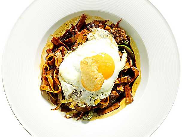 Bami goreng med stekt ägg och kropek