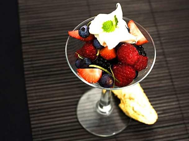 Bärsallad med vaniljkesella