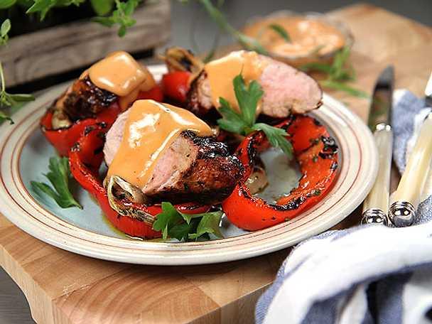 BBQ-glazad fläskfilé med grillad paprika och lök