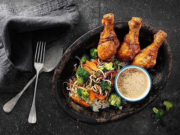 BBQ kycklingben serverade med cashewnötsås och grönsakswok