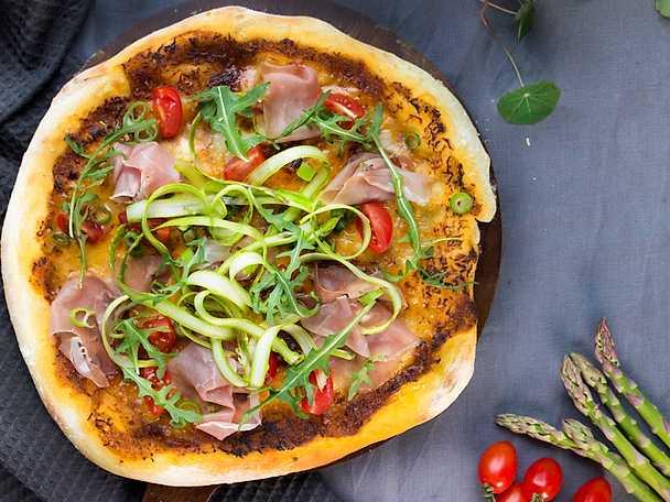 BBQ-Pizza med sparris, salladslök och serrano