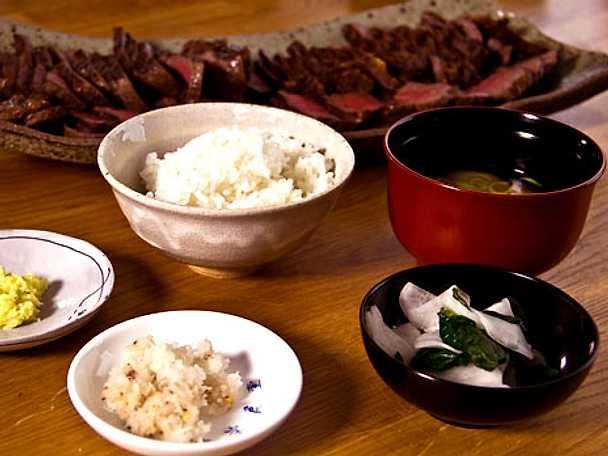 Beef tataki med daikonsallad, misosoppa och ris