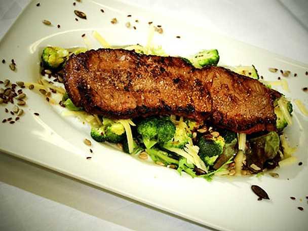 Biff minute med råstekt broccoli, rostade frön, rapsolja och sveciaost