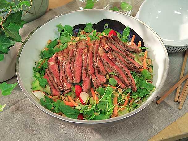 Biffsallad med glasnudlar och krispiga grönsaker