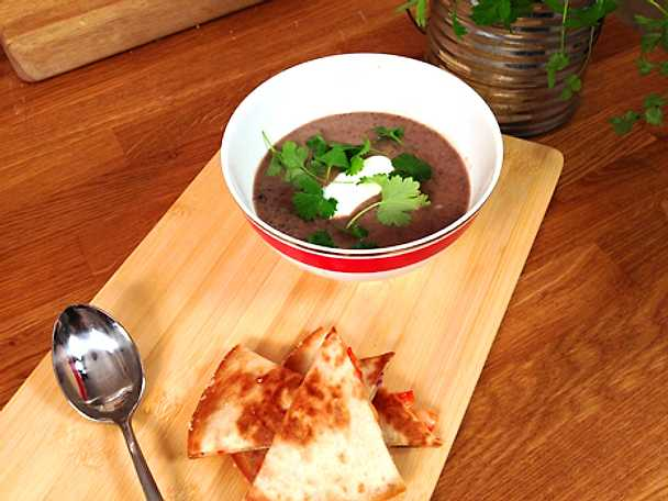 Black bean soup med quesadillas