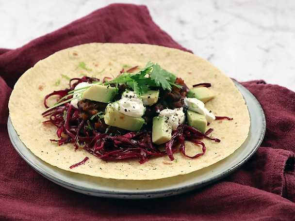 Black bean taco med rödkål och avokado