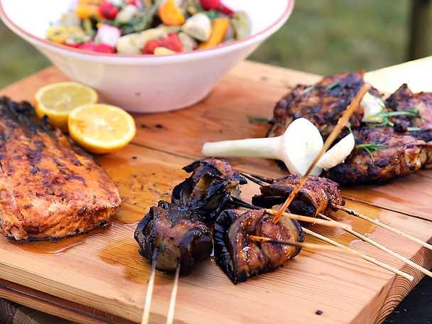 Blandad BBQ - lax, kyckling och auberginelindade skogschampinjoner