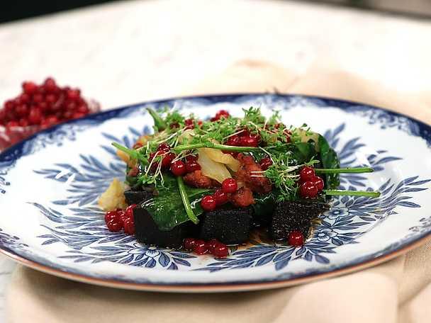 Blodpudding med chorizoslungad spetskål och picklade lingon