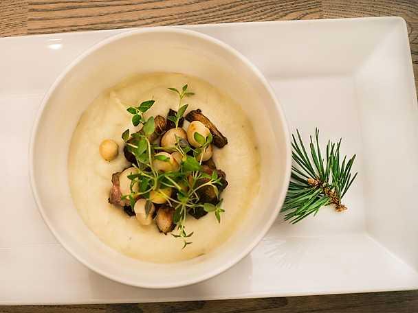 Blomkål- och jordärtskockssoppa med pancetta och macadamianötter