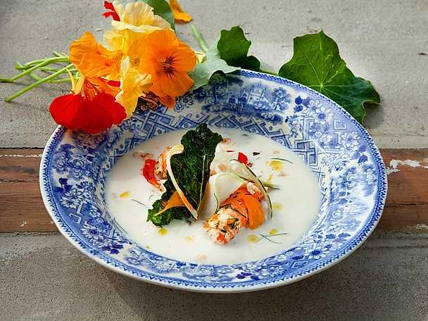 Blomkålssoppa med picklad kålrabbi och havskräftor