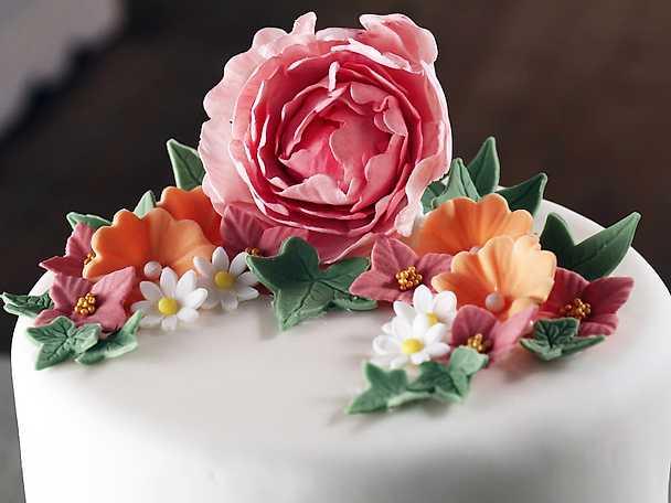 Blomsterarrangemang som tårtdekoration - se & gör