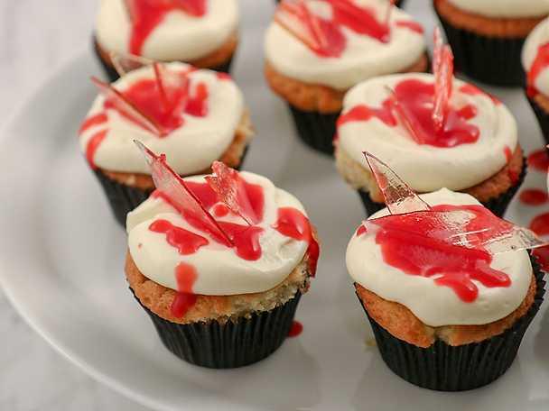 Bloody cupcakes med hallonsås och glasbitar