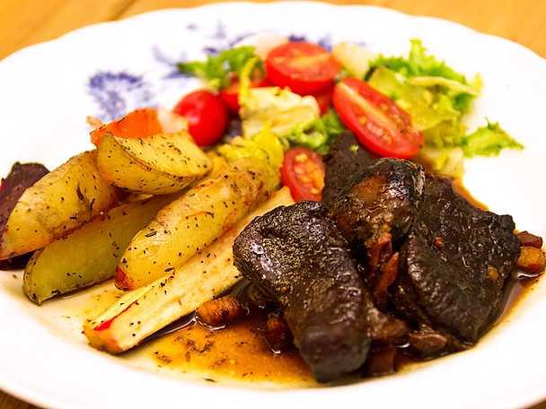 Boeuf Bourguignon med rostade potatisar och rotsaker
