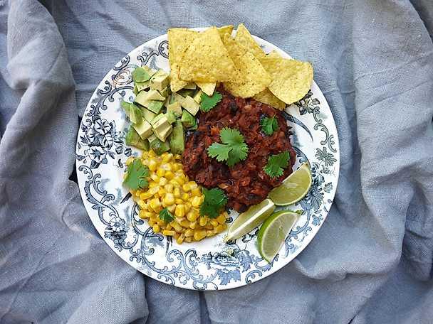 Bönchili med choklad, avokado och gräddig majs