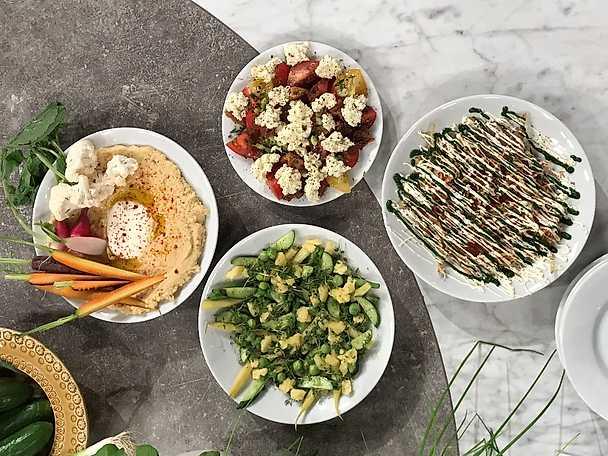 Bönor, ärtor, gurka och lagrad svensk hårdost
