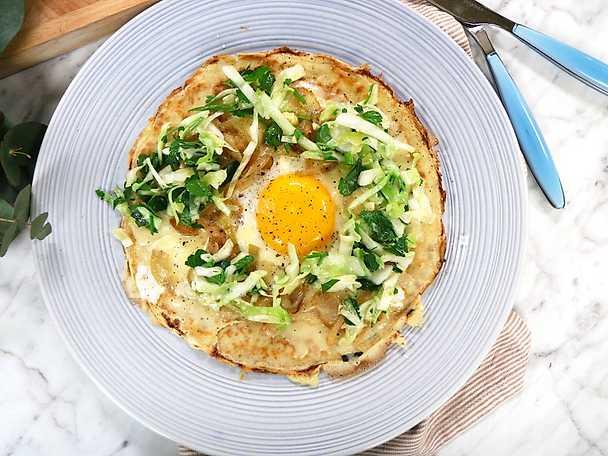 Bönpannkakor med ägg, lök och ost
