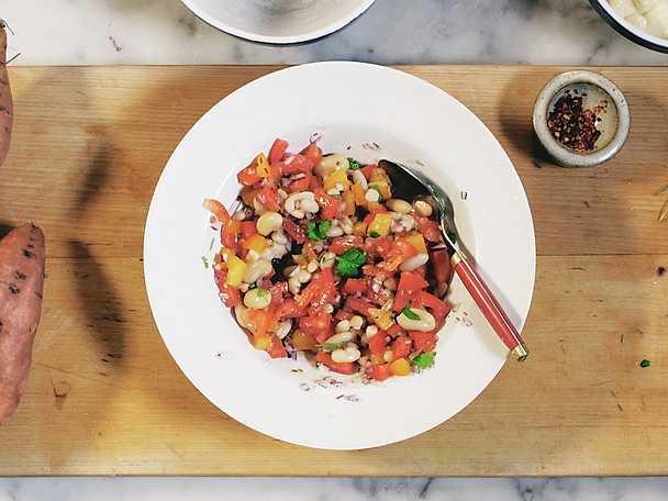 Bönsalsa med koriander och rödlök
