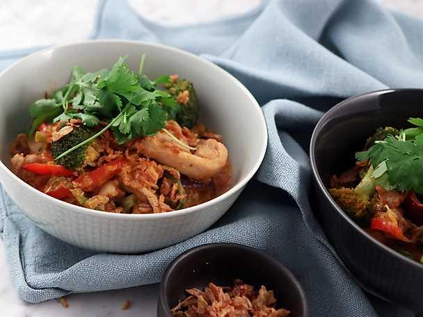 Bowl med kyckling i röd curry, savojkål och matvete
