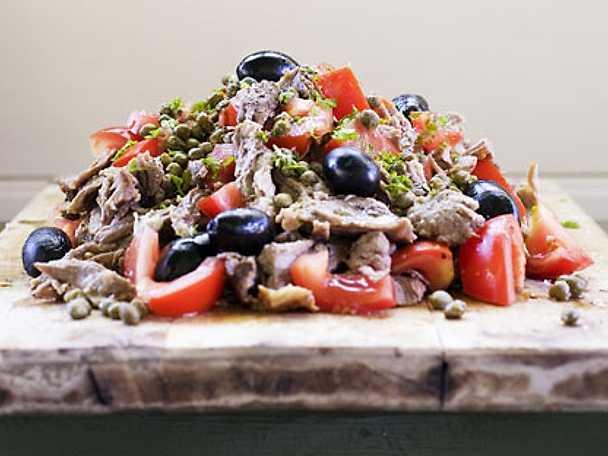 Bråkat lamm med tomat, oliver och kapris
