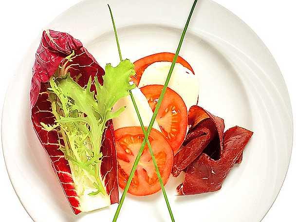 Bresaola med tomat- och mozzarellasallad