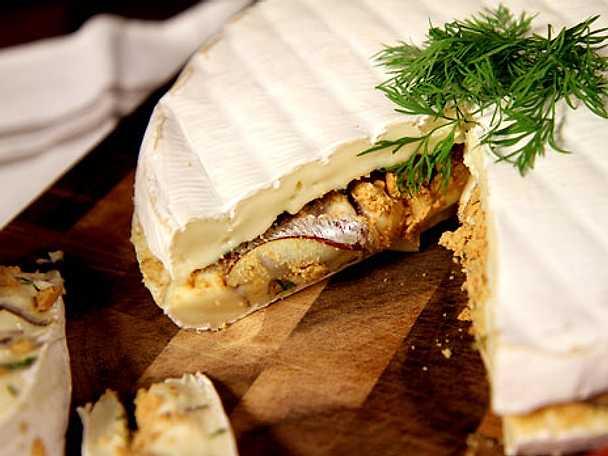 Brietårta med anjovis, lök och dill