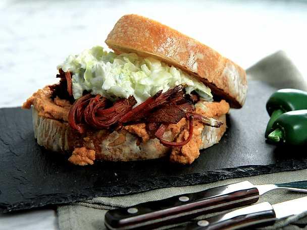 Brisket sandwich med jalapenocoleslaw