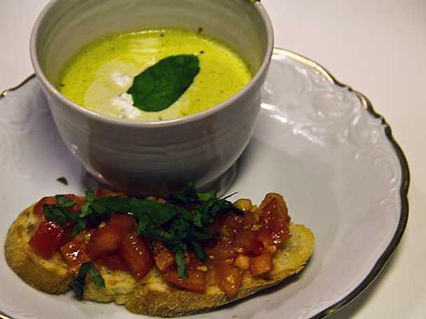 Broccolisoppa med fetaostkräm och bruschetta