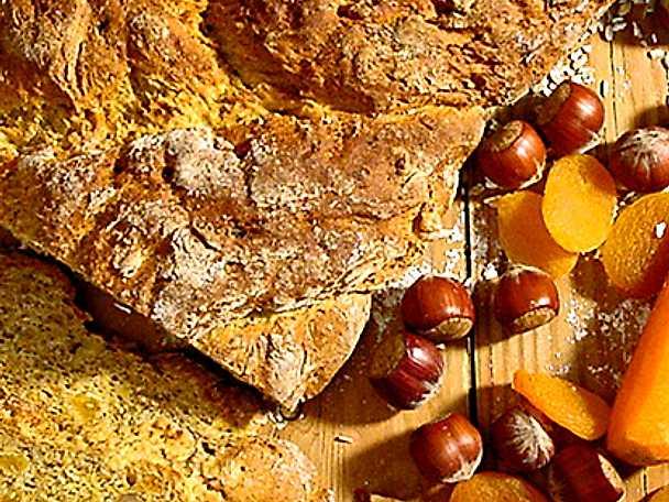 Bröd med nötter, frukt och morötter