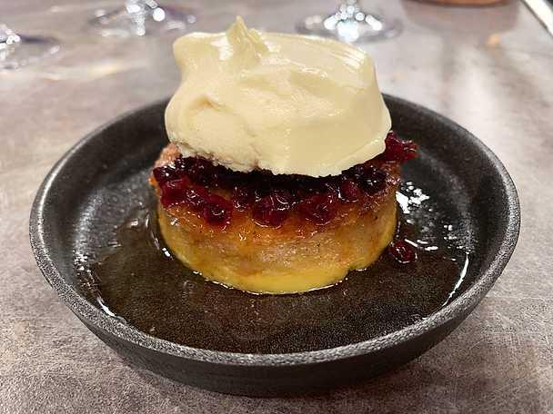 Brödpudding med punchglass, brynt smör och lingon