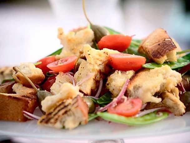 Brödsallad med kapris, tomat och rödlök