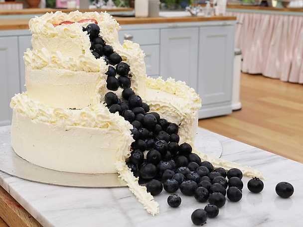 Bröllopstårta med blåbärsfall
