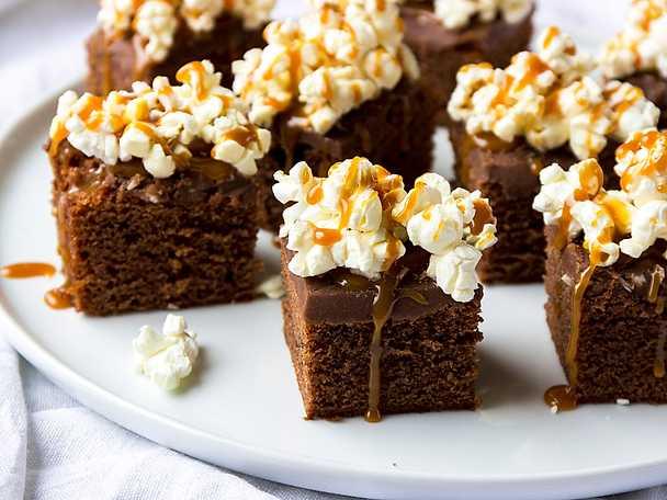 Brownies med chokladglasyr och popcorn