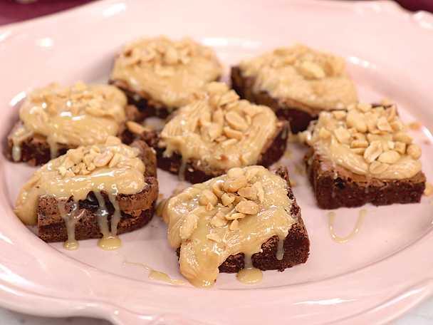 Brownies med jordnötsfrosting och kolasås