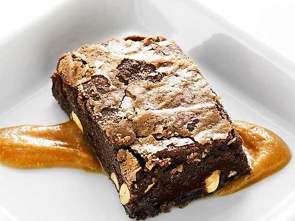 Brownies med jordnötter och kolasås